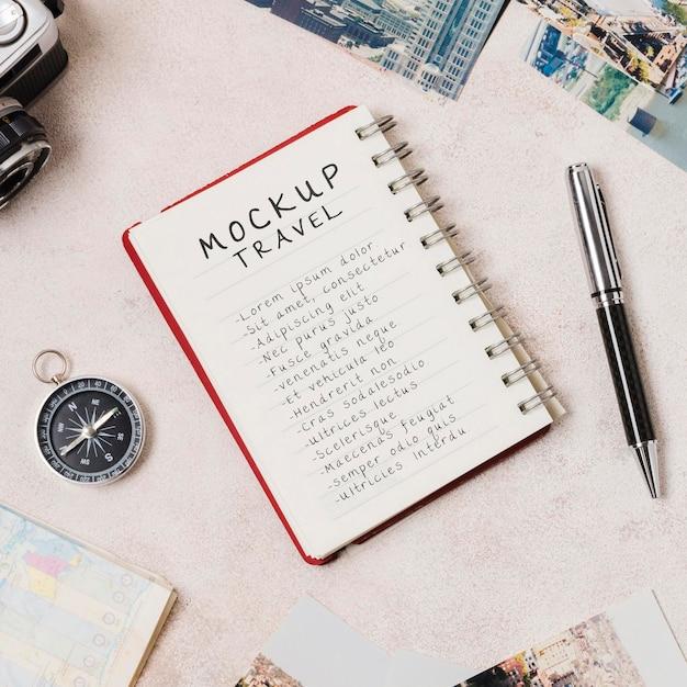 Mock-up reizen op een notitieboekje met kompas en pen Premium Psd