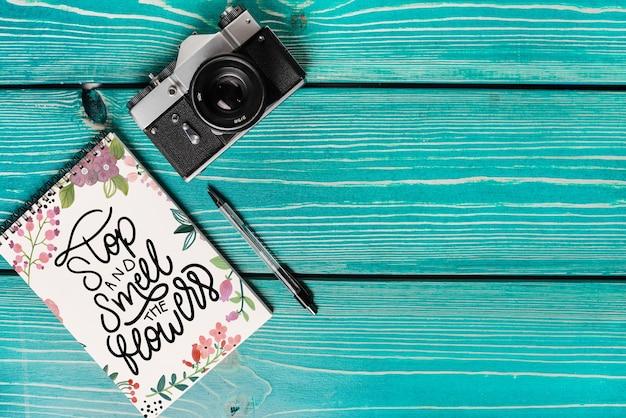 Mock-up van boekomslag met camera en copyspace Gratis Psd