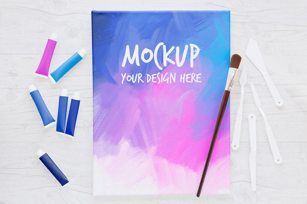 Mock-up van gekleurd canvas en penseel Gratis Psd