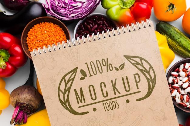 Mock-up van lokaal geteelde groenten met een hoge weergave Gratis Psd
