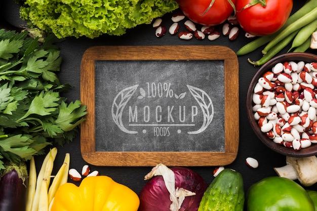 Mock-up van lokaal geteelde groenten op schoolbord Gratis Psd