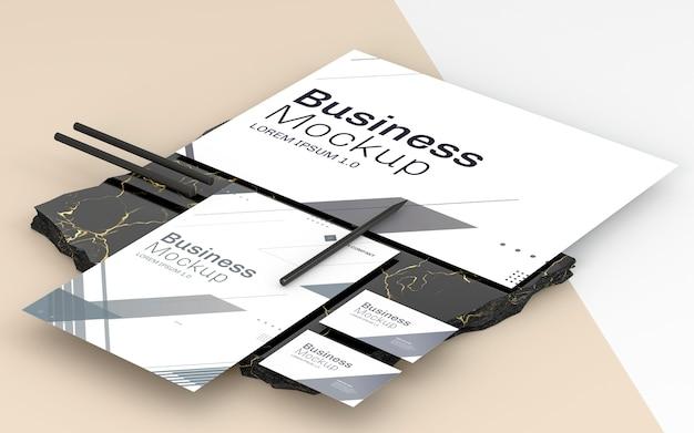 Mock-up voor zakelijke briefpapier en zwarte potloden Gratis Psd
