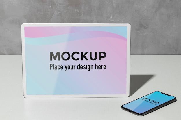 Mockup-apparaten op tafel Gratis Psd