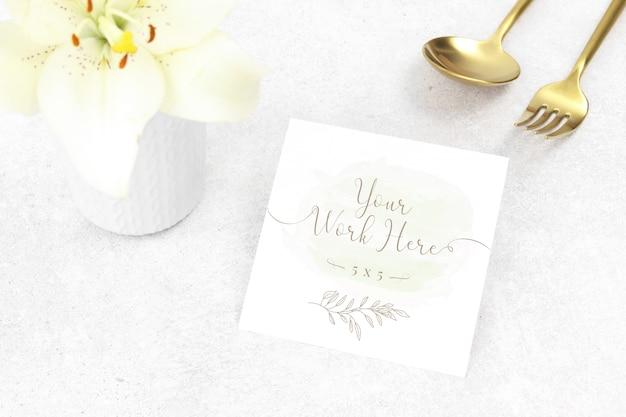 Mockup bedankkaart met gouden bestek Premium Psd