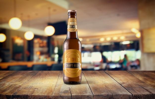 Mockup de botella de cerveza en mesa PSD Premium
