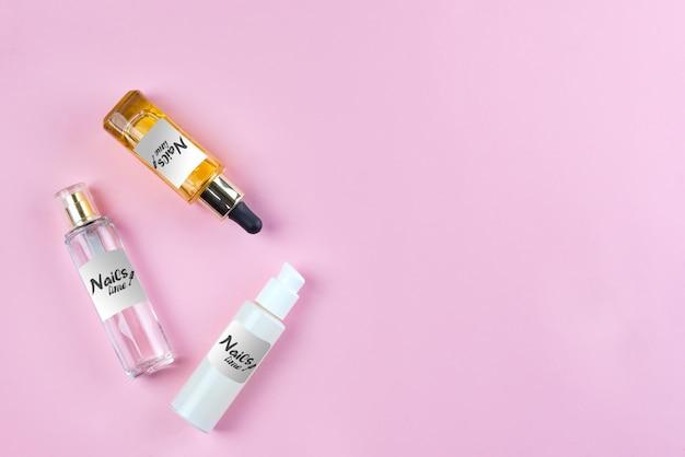 Mockup bottiglie e vasetti con cosmetici, creme e oli naturali per la cura della pelle su sfondo rosa. Psd Premium