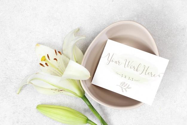 Mockup bruiloft kaart met bloemen op grijze achtergrond Premium Psd