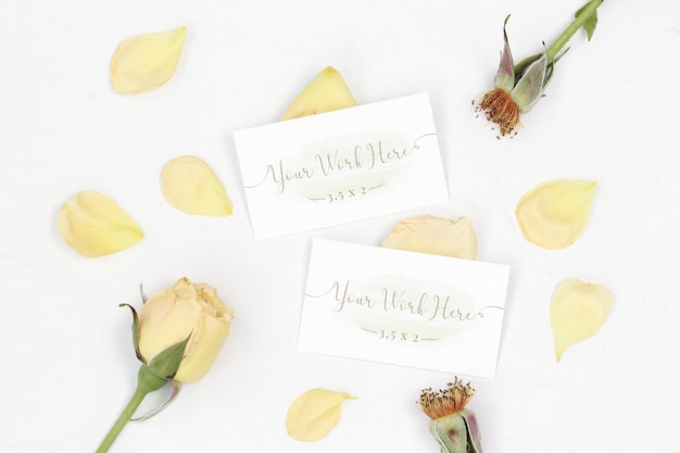 Mockup carta di nome con petali di rosa Psd Premium