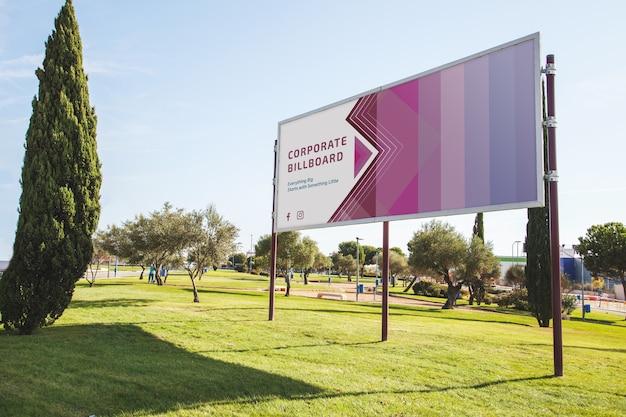 Mockup de cartel en parque PSD gratuito