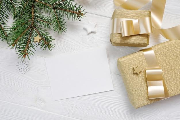 Mockup confezione regalo di natale e abete vista dall'alto e nastro d'oro, flatlay Psd Premium