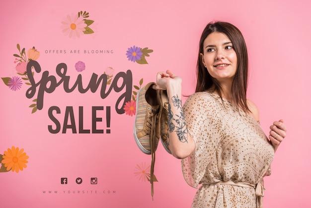 Mockup de copyspace para rebajas de primavera con mujer atractiva PSD gratuito
