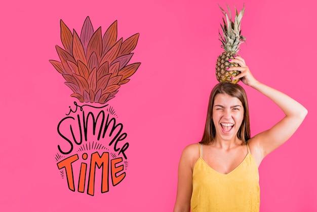 Mockup de copyspace para verano con chica alegre PSD gratuito