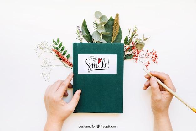 Mockup de libro y manos Psd Gratis