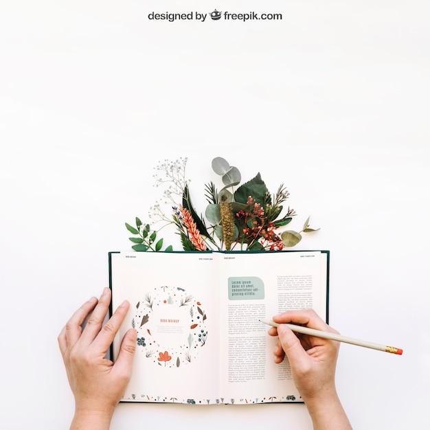 Mockup de manos escribiendo en libro Psd Gratis