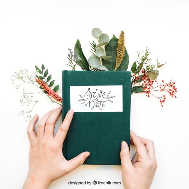 Mockup de manos tocando libro Psd Gratis