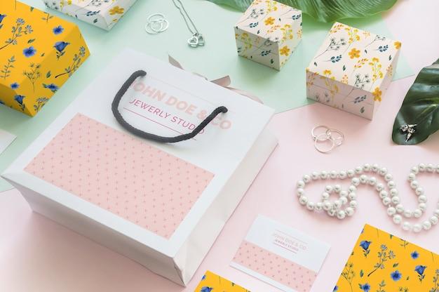 Mockup decorativo de joyería y packaging PSD gratuito