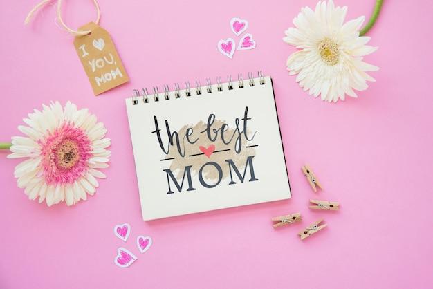 Mockup del blocco note con composizione di giorno di madri piatta Psd Gratuite