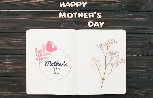 Mockup del libro aperto con il concetto di giorno di madri Psd Gratuite