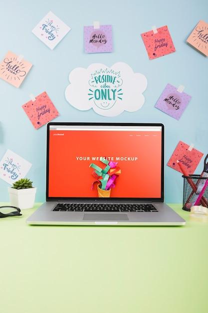Mockup del sito web con il computer portatile sulla scrivania Psd Gratuite