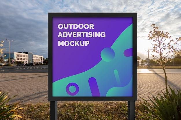 Mockup della pubblicità di striscioni poster di strada città all'aperto nel supporto quadrato nero Psd Premium