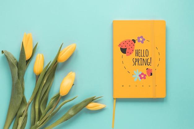 Mockup di biglietto di auguri piatto laici per la primavera Psd Gratuite