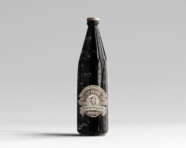 Mockup di bottiglia di birra vetro ambrato con gocce d'acqua - vista frontale Psd Premium