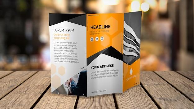 Mockup di brochure a tre ante su tavolo Psd Gratuite