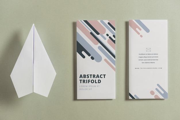 Mockup di brochure trifold chiuso con piano di carta Psd Gratuite