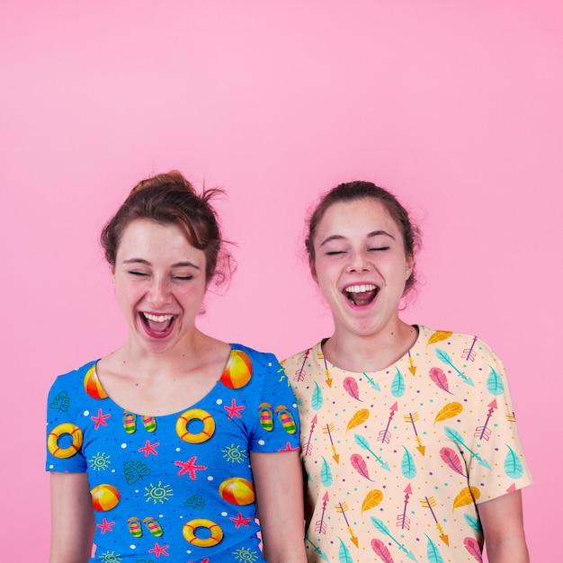 Mockup di camicia con ragazze giovani Psd Gratuite