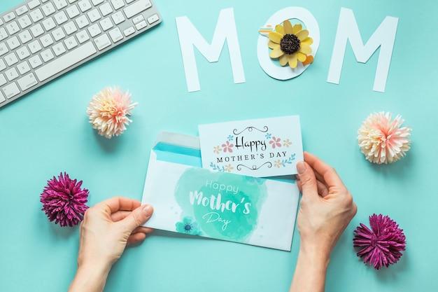Mockup di carta di giorno di madri con fiori Psd Gratuite
