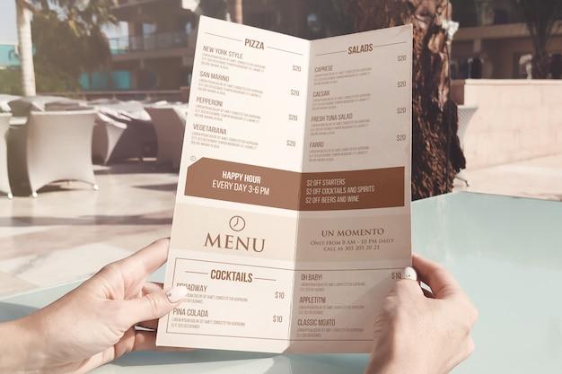 Mockup di carta menu a metà piegato a4 Psd Premium