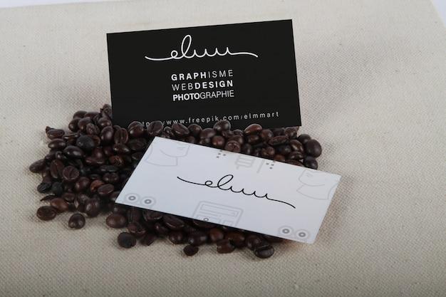 Mockup di carte de visite sur grain café Psd Premium