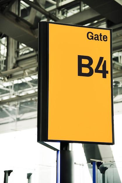 Mockup di cartello cancello giallo all'aeroporto Psd Gratuite