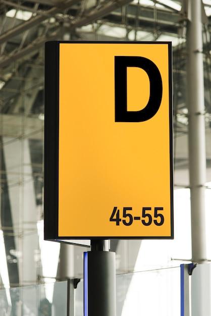 Mockup di cartello in un aeroporto Psd Gratuite