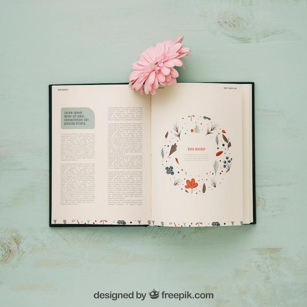 Mockup di concetto di primavera con libro e fiore rosa Psd Gratuite