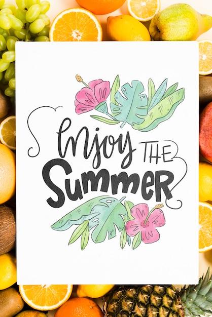 Mockup di copertina vuota circondato da frutta fresca Psd Gratuite