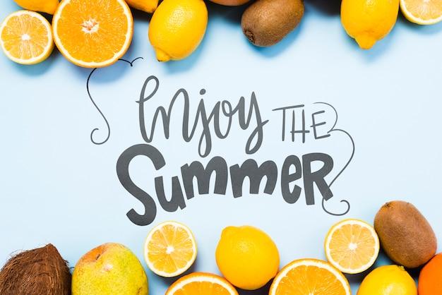 Mockup di copyspace piatto laici con frutti estivi Psd Gratuite