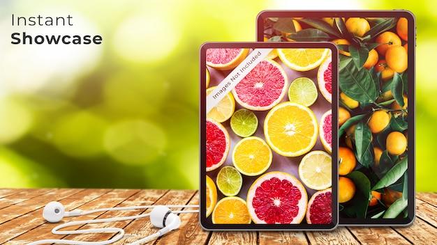 Mockup di dispositivo perfetto pixel di due tablet e auricolari sul tavolo di legno rustico Psd Premium