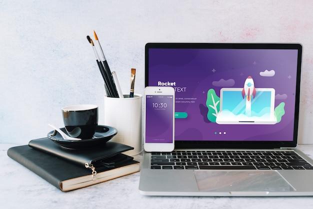 Mockup di laptop sul tavolo di lavoro Psd Gratuite