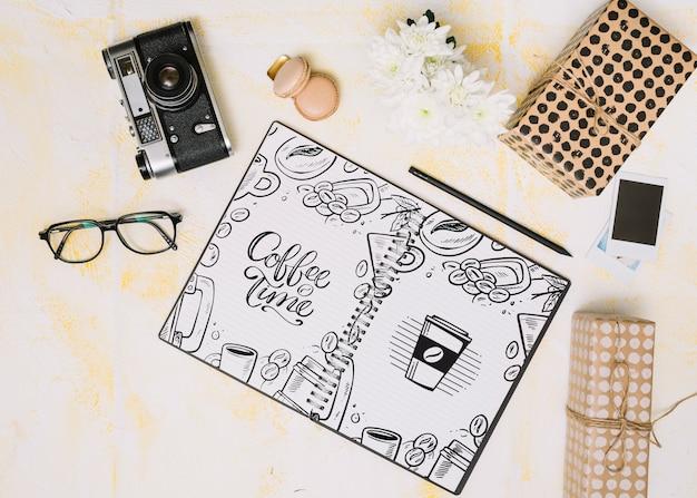 Mockup di notebook con il concetto di primavera Psd Gratuite
