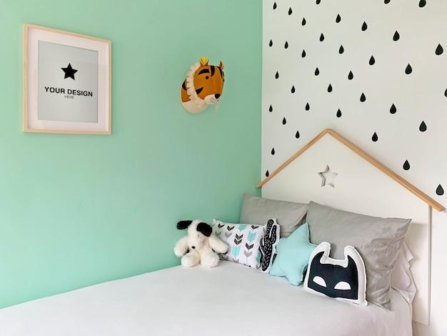 Mockup di poster sulla parete della camera da letto per bambini Psd Premium