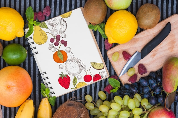 Mockup di quaderno a spirale con frutti Psd Gratuite