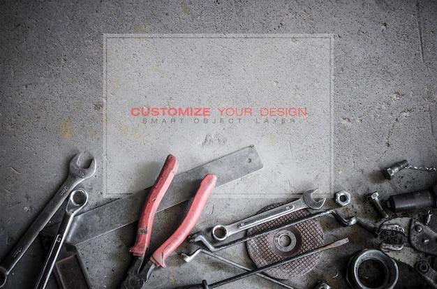Mockup di spazio vuoto sul pavimento di cemento con vecchi strumenti Psd Premium
