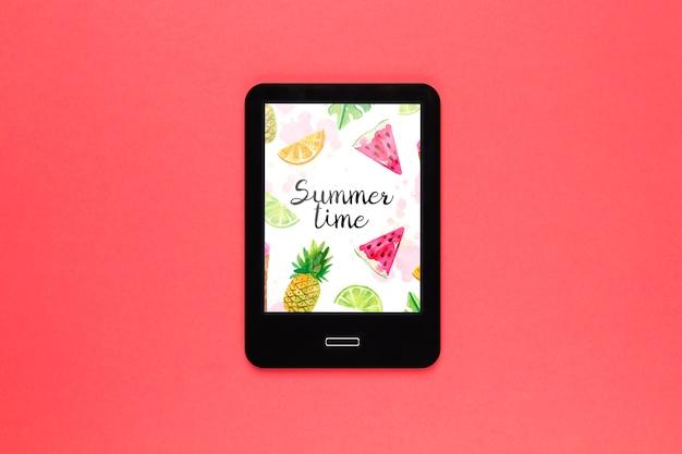 Mockup di tablet piatto laici con il concetto di estate Psd Gratuite