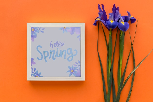 Mockup di telaio piatto laici con fiori di primavera Psd Gratuite