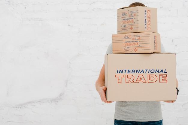 Mockup di uomo con scatole di cartone Psd Gratuite