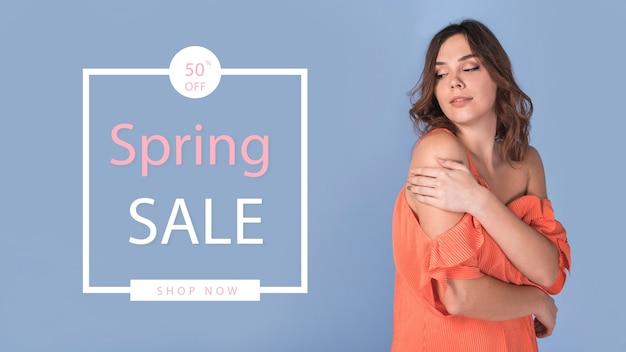 Mockup di vendita di primavera con donna alla moda Psd Gratuite