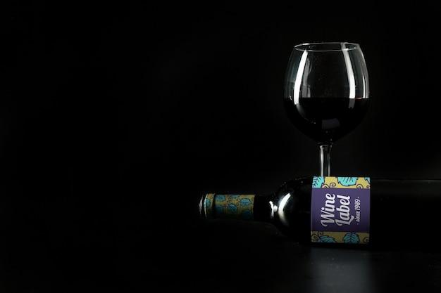 Mockup di vino con copyspace sul lato sinistro Psd Gratuite