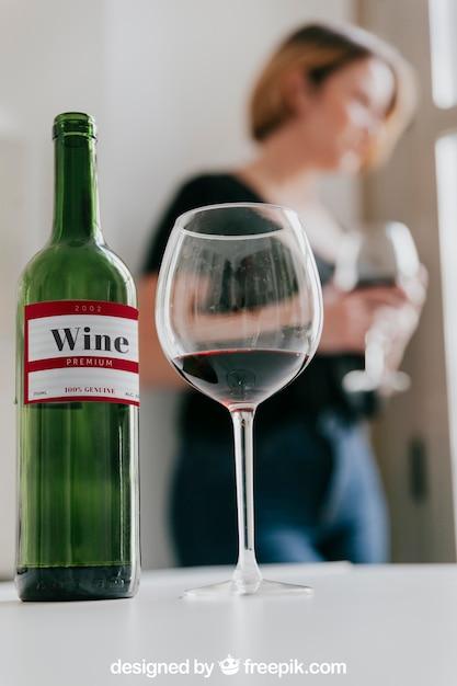 85b5268d3f3150 Mockup di vino con donna | Scaricare PSD gratis