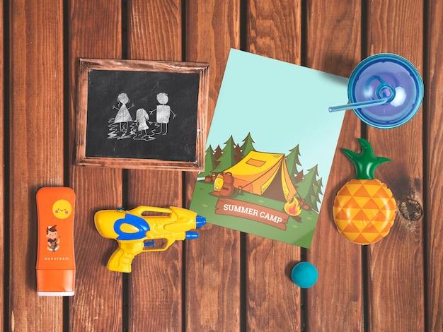 Mockup editable flat lay de cover con elementos de verano PSD gratuito
